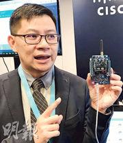 思科香港、澳門及台灣技術總監伍偉強表示,「應用體驗電子儀」預設會收集溫度和濕度等資料,創科公司及學校可自行再研發不同探測器連接電子儀,嘗試各種物聯網的應用。(鍾晴攝)