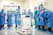 廣州市婦女兒童醫療中心前日起引入8台醫院配送機械人「諾亞」(前),協助運送醫療物資。(網上圖片)