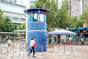 上海公安局靜安分局特種機動隊近日啟用一批「臨時崗哨亭」,緊盯街頭風吹草動。(中央社)