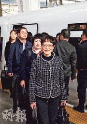 上海代表團搭「復興號」高鐵抵達北京。(新華社)