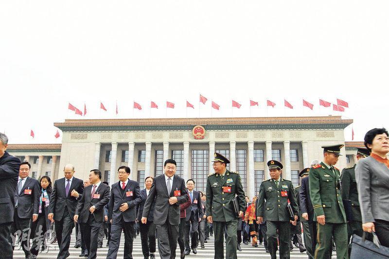 昨日的預備會議散場後,代表們步出北京人民大會堂。(明報記者攝)