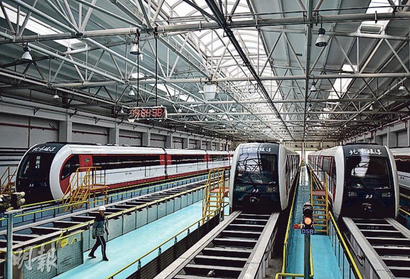 ?北京首條中低速磁浮交通線路S1線目前正空載試行,圖為車庫中的磁浮列車。(新華社)