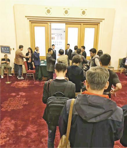 重慶代表團昨日「爆棚」,遲到的記者無法入場。(網上圖片)