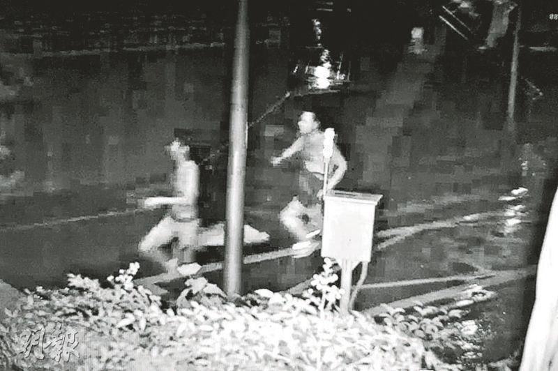 台灣警方調取的監控畫面顯示,張姓疑兇(右)向謝姓前情人(左)潑鏹水後再持刀追斬他。(中央社)