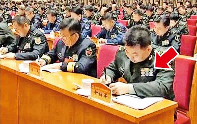 鍾紹軍(右一)胸前的資歷牌(箭嘴示)已為副大戰區級,且軍齡章顯示為28年。(央視畫面)