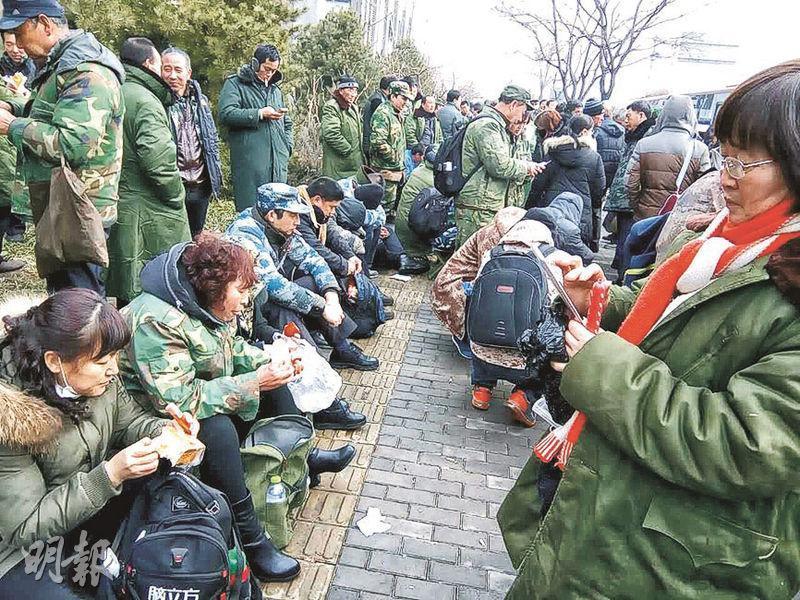 今年2月,有上万老兵赴北京上訪,要求解決安置問題。(網上圖片)