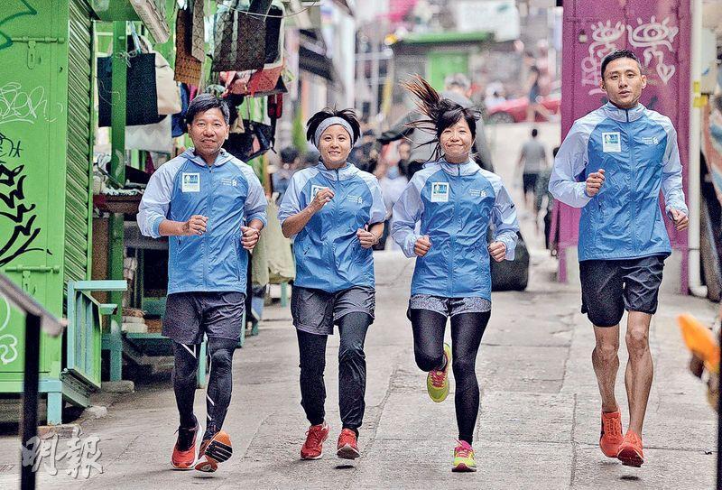 曾因工作壓力患上焦慮症的長跑教練金永強(左一),協助中風康復者吳凱琪(左二)備戰渣打馬拉松全馬賽事。聽障跑手黃冠良(右一)靠模仿助教的步頻和姿勢練跑,盼在渣馬再創佳績。(馮凱鍵攝)