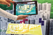 今屆雙城雙年展(香港)應用跨媒體虛擬科技,讓市民利用平板電腦看到建築資訊,例如尖沙嘴的建築溫度、風向等。(郭慶輝攝)