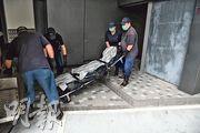 在馬鞍山地盤開工期間昏倒猝死的工人,遺體由仵工舁送殮房等候驗屍以確定死因。(林智傑攝)
