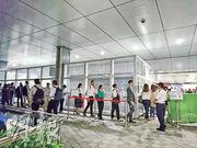 政府噚晚7點喺金鐘政府總部為政策創新辦舉辦閉門招聘簡介會,吸引逾500人出席,工作人員黃昏6點幾喺入口開始為出席者登記時已現人龍,一度有逾百人等候。(明報記者攝)