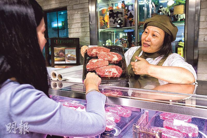 美國總統特朗普今日訪華,料將加強經貿等方面合作。中美在4月啟動經濟合作「百日計劃」,美國牛肉也在時隔14年重返中國市場。圖為中國民眾選購美國牛肉。(新華社)