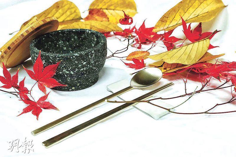 韓國總統文在寅於國宴後,向特朗普夫婦贈送一對傳統銅筷和石碗,象徵祝願韓美同盟牢固、友誼彌堅。(中央社)