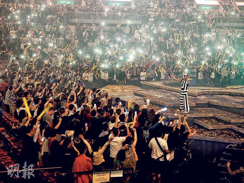 前晚草蜢演唱會完場時大部分人不肯離場,狂叫encore,最後草蜢返上台多唱兩首歌滿足歌迷。