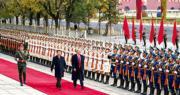 國家主席習近平(前左)昨日在北京人民大會堂東門外為美國總統特朗普(前右)舉行歡迎儀式,圖為二人檢閱儀仗隊。(路透社)