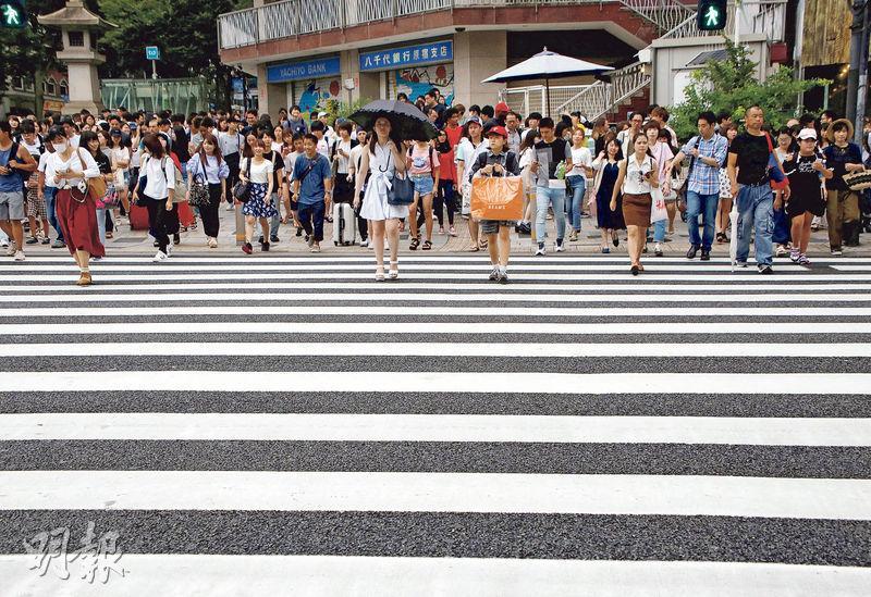 有專家認為,日本政府防治自殺措施有不足之處,不少年輕人在網上尋求支持。圖為日本東京街頭。(路透社)