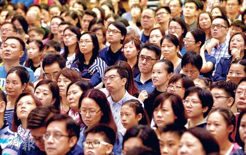 聖保羅男女中學昨舉行中一招生簡介會,1700人出席,比去年多300人。禮堂座無虛席,人頭湧湧,學校要開放近20個課室轉播。(劉焌陶攝)