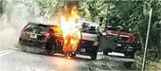 劫匪撞停載着巨款的客貨車(右),逃走前將其中一輛賊車(左)縱火毁證,過程被網民拍下。(facebook群組「小心駕駛,安全車速,溫馨提示」圖片)