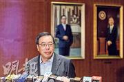 立法會主席梁君彥昨被問到如何處理議員提出修改議事規則,他稱按照慣例可以合併辯論,泛民批評此舉違反議事邏輯。(鍾林枝攝)