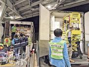 公署認為,食環署外判工人因抽檢節奏快,只從貨車儲物櫃近櫃門位置提取蔬菜抽檢,櫃內的蔬菜可輕易避過檢測。食環署則回應指會按隨機抽樣原則,按需要利用升降台抽取放置於貨車較高及較後的蔬菜。(申訴專員公署提供)