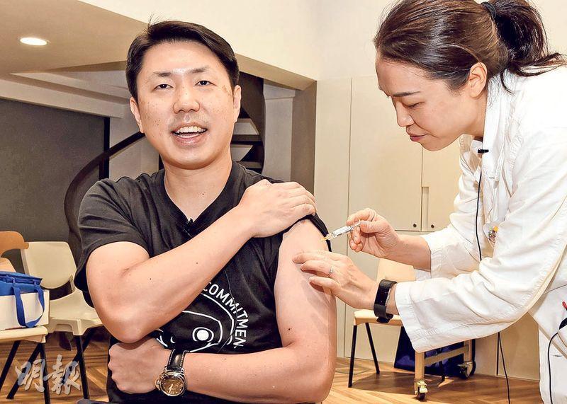 香港大學李嘉誠醫學院助理院長、內科學系臨牀教授孔繁毅預計今冬流感高峰會遲來,但仍呼籲公眾要打流感疫苗作預防。他昨以身作則接種流感疫苗。(港大醫學院提供)