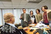 香港僱傭代理協會主席張結民(左二)昨表示希望菲律賓當局可豁免本港受暫緩審批期影響,菲律賓駐港總領事館勞工領事德拉陶端(左)說不能代當局回應此問題。(楊柏賢攝)