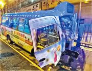 肇事專線小巴大半車頭陷入石壆,嚴重損毁。