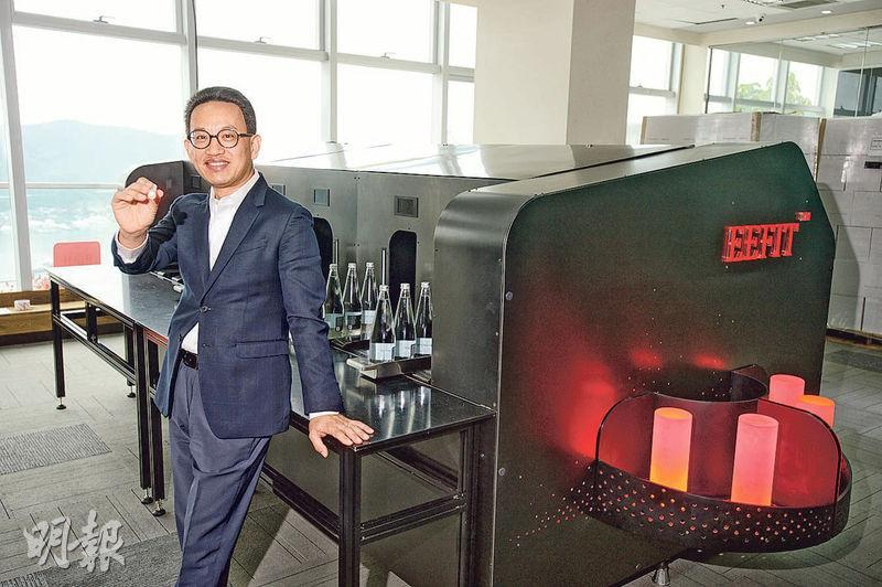 錦南科技的「能量中心」設大型機器為產品導入電磁波能量「加工」。創辦人王南表示,雖然年屆五十才創業,但多年累積的待人接物態度及人脈,比年輕人優勝。(楊柏賢攝)