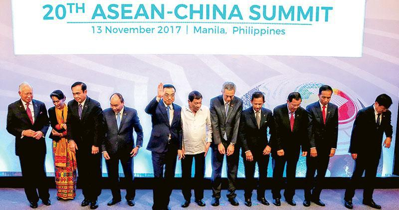 中國-東盟領導人昨日舉行峰會,例牌各國領導人要一起拍大合照,包括馬來西亞首相納吉布(左起)、緬甸國務資政及外長昂山素姬、泰國首相巴育、越南總理阮春福、中國總理李克強、菲律賓總統杜特爾特、新加坡總理李顯龍、文萊蘇丹哈山納·波基亞、柬埔寨首相洪森、印尼總統佐科·維多多和老撾總理通倫·西蘇里。(路透社)