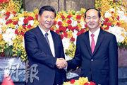 國家主席習近平(左)昨日在河內主席府同越南國家主席陳大光(右)舉行會談,隨後他轉往老撾作國事訪問。(路透社)
