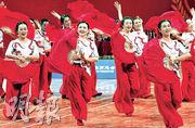上海市第三屆廣場舞大賽總決賽11月9日在上海舉行。本屆廣場舞大賽自今年6月開始以來,吸引了1,444支隊伍的25,769人參加。圖為比賽隊伍獻技。(新華社)