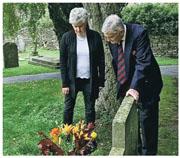 英國婦人基爾(左)找到數十年來在其兄長墓前獻花的人,原來對方是其兄的生前好友西摩—韋斯特伯勒(右),令她感到欣慰。(網上圖片)