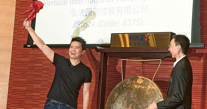 雷蛇昨日首掛,創辦人兼主席陳民亮(左)在主持敲鑼儀式時表現興奮,股價高開5.12元,較招股定價3.88元高出32%。圖右為雷蛇非執行董事Kaling Lim。 (劉焌陶攝)
