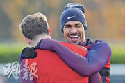 上場友賽德國獲選為最佳球員的英格蘭中場羅夫度斯卓克(右),昨備戰巴西的賽前訓練神情輕鬆。 (法新社)