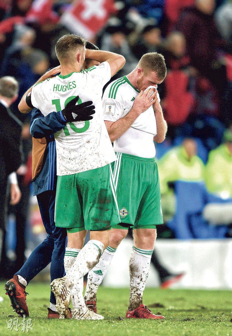 北愛爾蘭球員奧利華洛活特(左)與布拉特為被瑞士淘汰後一起流淚。 (法新社)