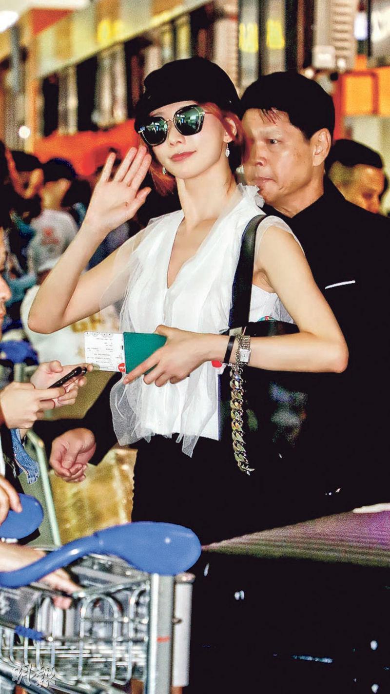 林志玲抵大馬機場時被記者追訪,她沒有回答任何問題,但心情靚靚風騷揮手。(星洲日報娛樂圖片)