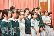 獅子會中學會於升國旗後再到禮堂唱國歌,台上有數名老師和同學領唱。記者現場所見,部分學生有開口唱,部分人就靜默;而唱完國歌後便唱校歌,歌聲明顯較唱國歌時大聲。(馮凱鍵攝)