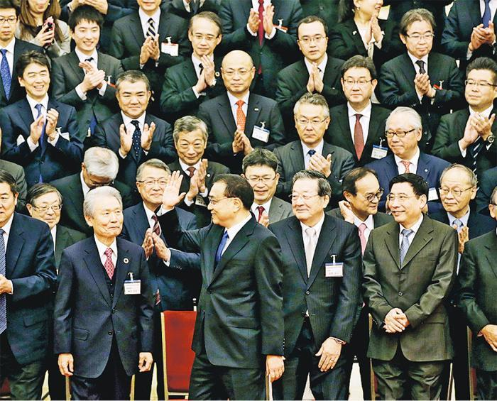 日本經濟界派出史上最大規模的訪華團,昨與中國國務院總理李克強(前右三)會面。(路透社)