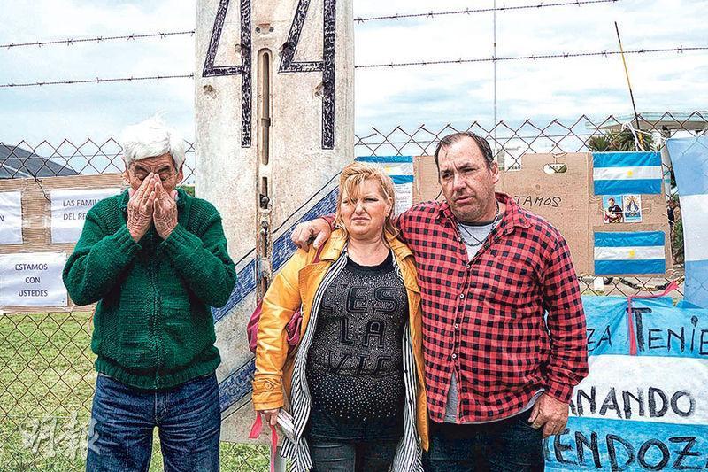 在阿根廷馬德普拉塔海軍基地,失蹤潛艇船員的家屬憂傷地苦候親人的音信。(法新社)