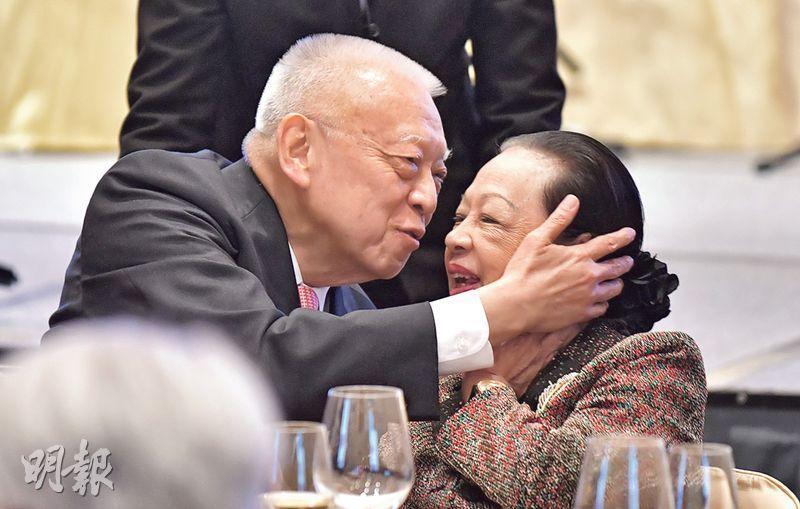 全國政協副主席、前特首董建華昨晚出席團結香港基金3周年晚宴,被問及舊部何志平在美國涉賄被捕,他只向記者揮手,並無回應問題。圖為董建華與太太趙洪娉出席晚宴。(蘇智鑫攝)