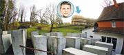 德國一個組織在極右政客赫克(圓圖)的住宅(箭嘴示)旁邊興建迷你版的混凝土墩大屠殺紀念碑(前),希望每天都提醒他關於猶太人被屠殺的悲慘歷史。(路透社)
