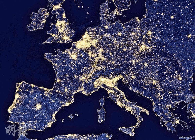 衛星照片顯示歐洲大部分地區在夜間依然十分光亮。科學家警告,日趨嚴重的光害最終會影響全球動植物,以至人類本身的生活。(路透社)