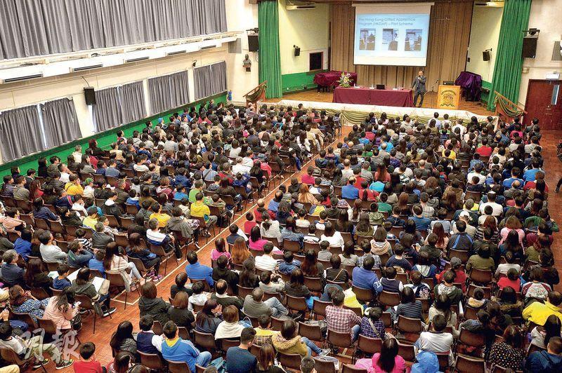 聖若瑟書院中一入學簡介會吸引近千人出席,學校去年收到逾300份申請,預計今年會收到更多申請。(楊柏賢攝)