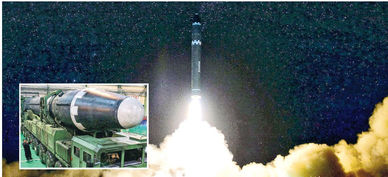 朝鮮昨日發放周三凌晨發射「火星-15」新型洲際導彈以及朝鮮領袖金正恩事前巡視該種導彈和發射車(小圖)的照片。(法新社)