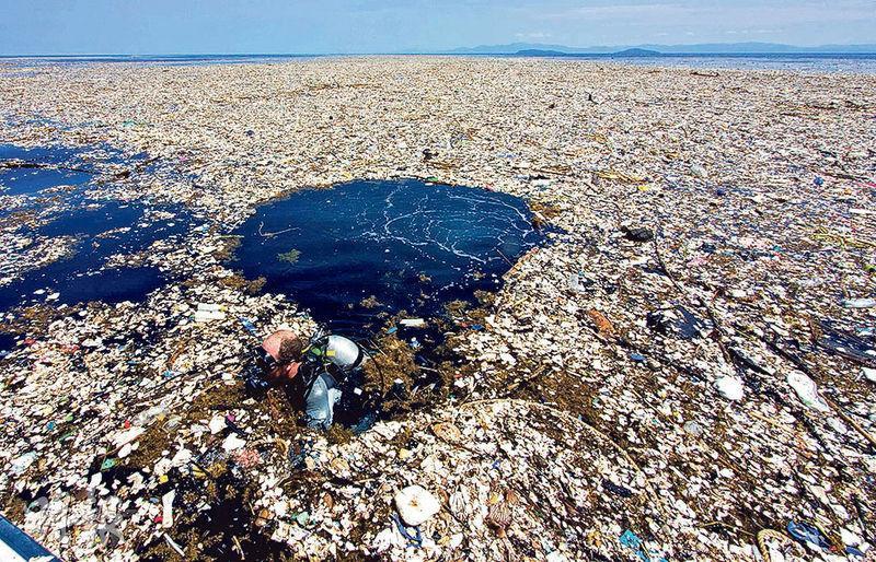 聯合國環境大會下周料將通過具法律約束力協議,控制塑膠污染海洋。圖為9月初洪都拉斯羅阿坦島海岸,可見佈滿塑膠垃圾。(法新社)