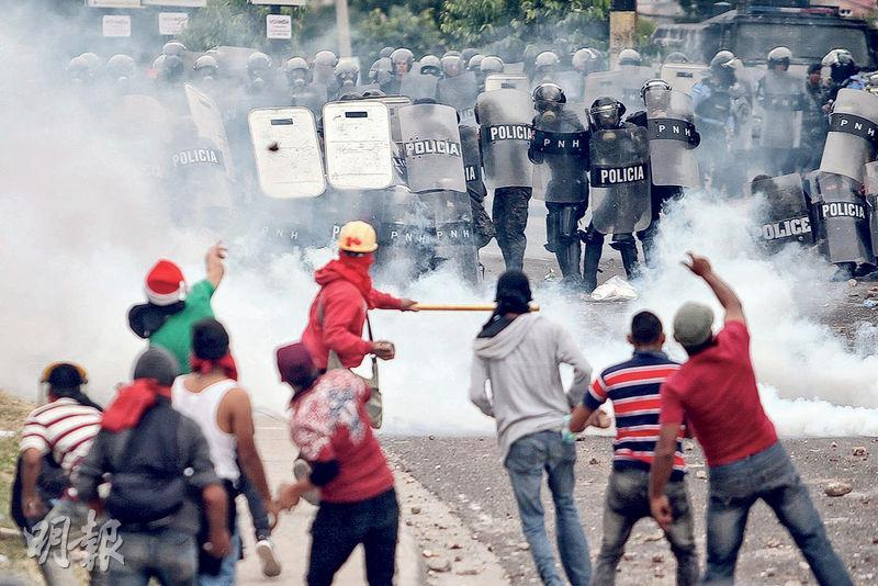 上周四,「反獨裁反對派大聯盟」候選人納斯魯拉的支持者在洪都拉斯首都特古西加爾巴跟防暴警察起衝突。(路透社)