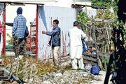 鐵皮屋火警救熄後,居於火場附近的南亞裔人返回其租住鐵皮屋觀察。(林智傑攝)