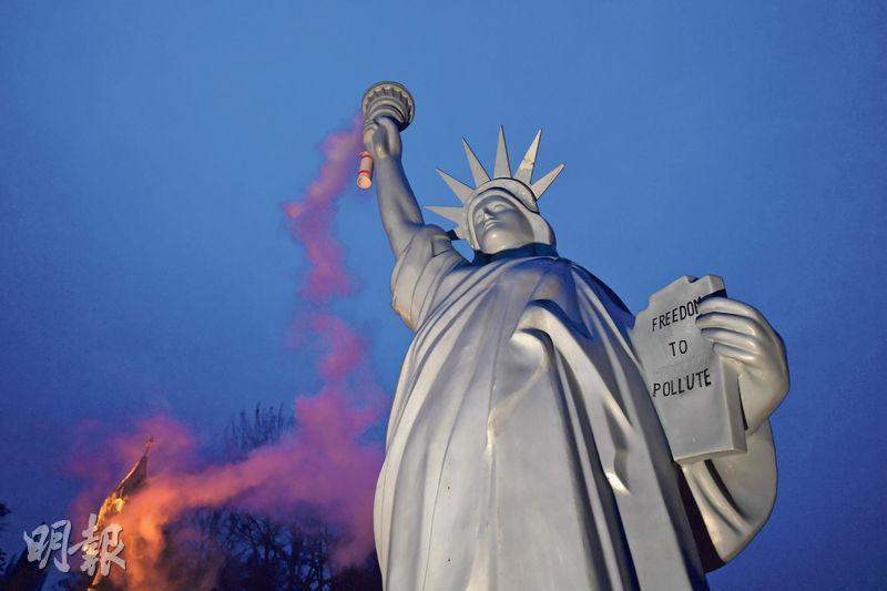 第23屆聯合國氣候大會(COP23)2017年11月在德國波恩舉行。美國總統特朗普派員到大會推廣使用煤炭,有丹麥藝術家則在會議期間展示「污染版」美國自由女神像,手上火炬不斷冒煙。