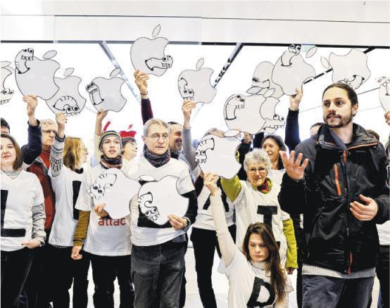 法國南部城市馬賽的蘋果店前天有ATTAC成員手持「生蟲爛蘋果」示威,抗議蘋果公司涉嫌避稅。(法新社)