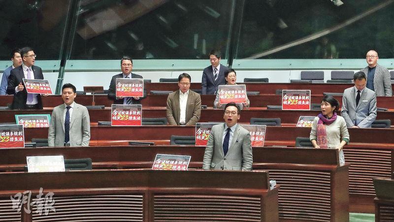 梁君彥昨晚約7時半宣布會議結束時,多名民主派立法會議員起身叫口號,反對修改議事規則。(郭慶輝攝)