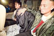 警方在元朗溱柏搗破一個製毒工場,拘捕負責製毒的19歲青年(黑衣掩頭者)。(蔡方山攝)